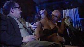 Lijepa brineta u tub porn film iščekivanju strastvenog seksa