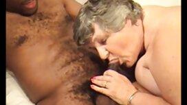 Postupno se miline porno son and mom još više zagrijavaju, a poljupci padaju sve niže dok djevojke međusobno ne dogovore međusobno kunnilingus