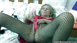 Brineta u seksi donjem rublju igra se s porno bus dildom
