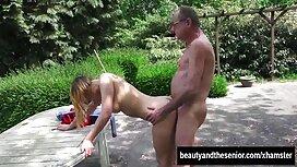 Vruća djevojka se porno son and mom jeba u raznim pozama