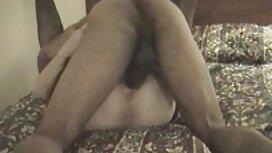 Plavuša film porno mom masturbira na stolu uz bazen