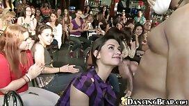 Djevojka na stolici igra porno tube 2012 se crvenim vibratorom